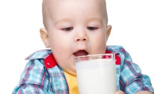 ילד שותה חלב (צילום: Serhiy Kobyakov, Shutterstock)