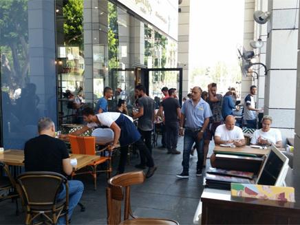 אזרחים הגיעו למסעדה בה אירע הפיגוע (צילום: חדשות 2)