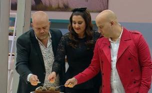 השופטים טועמים את עוגות הגמר של חן ואלון (צילום: מתוך בייקאוף ישראל, שידורי קשת)