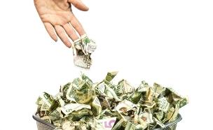 זורק כסף לפח (אילוסטרציה: Shutterstock)