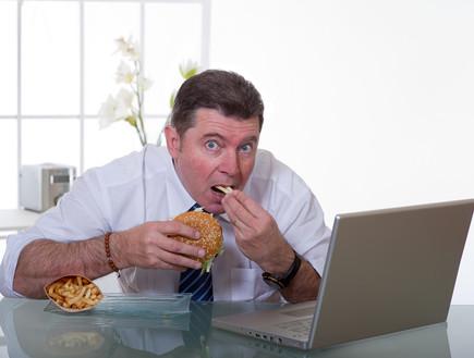 אוכל במשרד (צילום: marco mayer, Shutterstock)