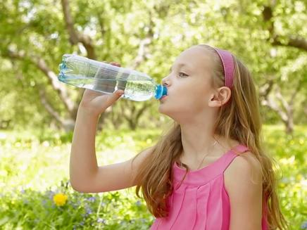 ילדה שותה מים (צילום: חדשות 2)