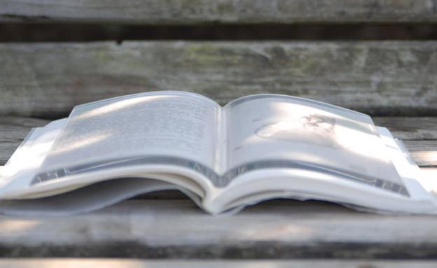 שבוע הספר 04, משקולת שקופה המתלבשת על הספר (צילום: buddy-tools.stor)