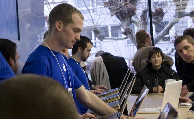 עובד בחנות אפל (צילום: Sven Szota, Flickr)