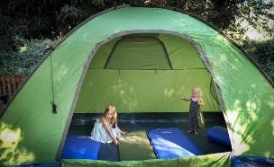 אחיות משחקות באוהל בקמפינג משפחתי בצפון הארץ (צילום: חן ליאופולד, פלאש 90)