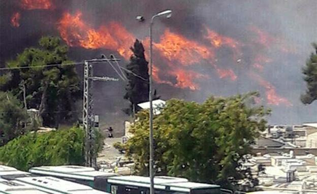 שריפה בכניסה לירושלים (צילום: כבאות והצלה ירושלים)