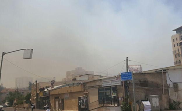 """עשן סמיך באזור השריפה (צילום: אבי טרוזמן ויהודה שלזינגר - סוכנות הידיעות """"חדשות)"""