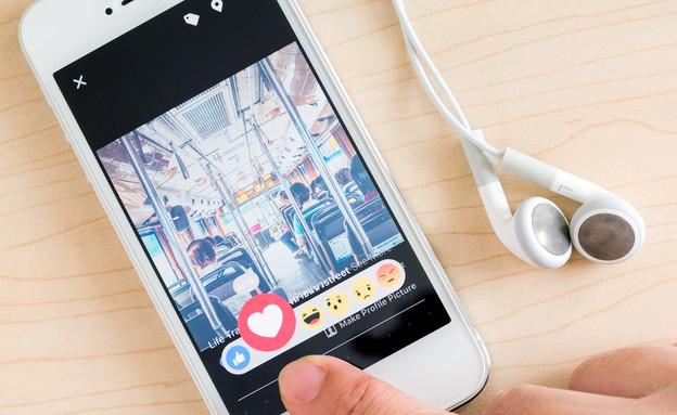 פייסבוק במכשיר הנייד (צילום: Shutterstock)