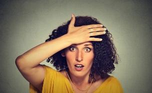 אישה יד על הראש (צילום: pathdoc, Shutterstock)