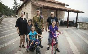 חייל שמפנים את משפחתו מהבית, שלומי מועלם (צילום: חדשות 2)