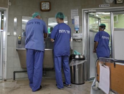 מנתח בבית חולים בירושלים  (צילום:  יעקב נעמי לפלאש 90)
