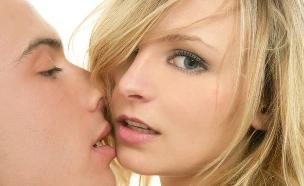 נערה מתנשקת (צילום: Shutterstock, מעריב לנוער)