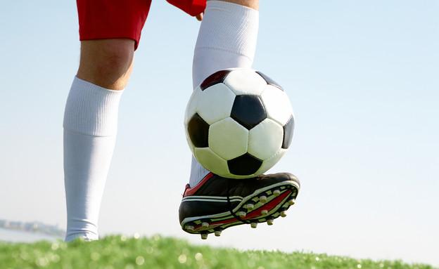 מקפיץ כדורגל בעזרת הנעל (צילום: ShutterStock)