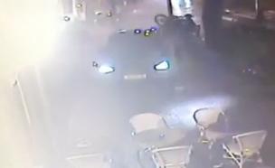 תיעוד רכב מתנגש במסעדה בתל אביב (צילום: חדשות 2)