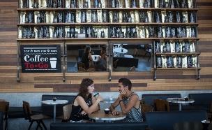 שני צעירים שותים קפה בארומה, ספטמבר 2014 (צילום: מרים אלסטר, פלאש 90)
