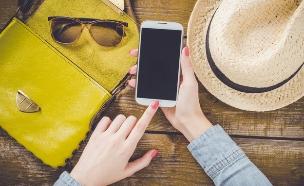 אישה מחזיקה סלולרי (צילום: Shutterstock)