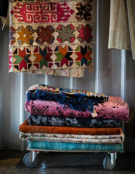 מגוון שטיחים נדירים ויחידים במינם (צילום: שירן כרמל)