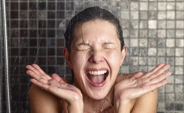 אישה מתקלחת (אילוסטרציה: Shutterstock)