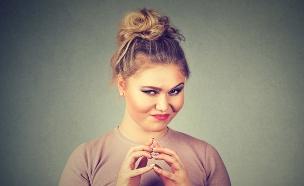 נערה ערמומית רוקמת מזימה (צילום: Shutterstock, מעריב לנוער)