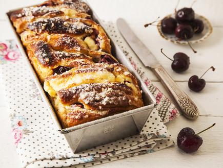 עוגת שמרים במילוי גבינה ודובדבנים