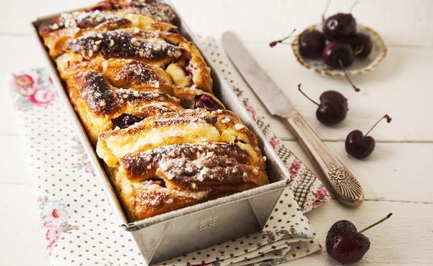 עוגת שמרים במילוי גבינה ודובדבנים (צילום: אפיק גבאי, אוכל טוב)