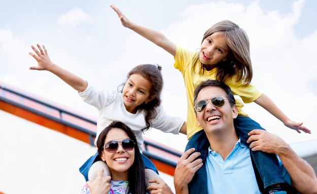 משפחה בחופשה (צילום: Andresr, Shutterstock)