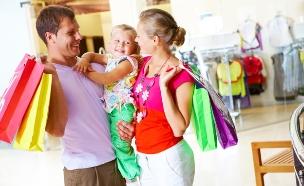 משפחה מבלה בקניון (אילוסטרציה: Shutterstock)