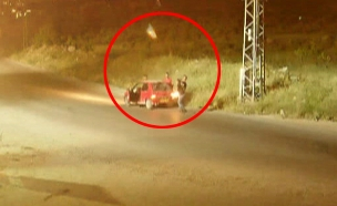 מיידים ובורחים: חוליית טרור נתפסה במצלמה (צילום: חדשות 2)