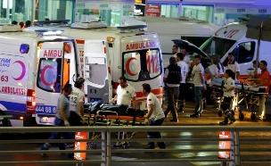 אמבולנסים בנמל התעופה באיסטנבול (צילום: רויטרס)