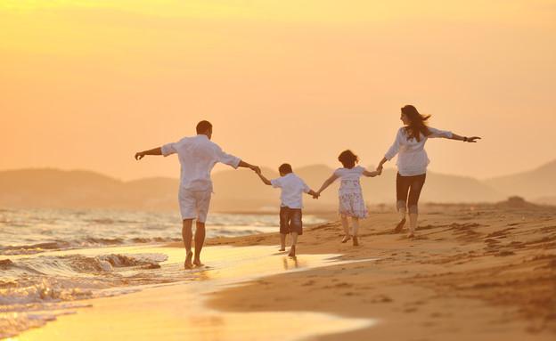 משפחה בים (צילום: Shutterstock)