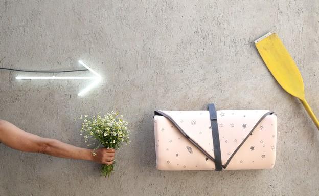 המזרון מתקפל לצורת מעטפה עם ידית אחיזה (צילום: אפרת לזנוב)