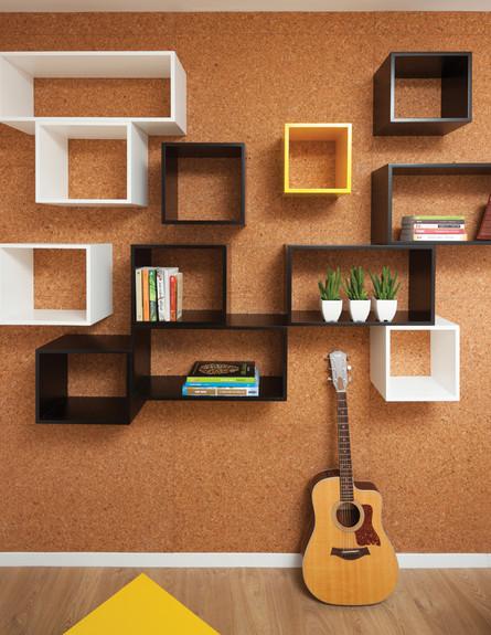 חיפוי קירות בלוחות שעם ועליהן קוביות עץ (צילום: עידו אדן)