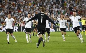 שחקני גרמניה חוגגים את הניצחון (צילום: רויטרס)