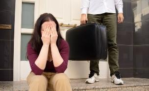 אישה בוכה כאשר גבר עוזב את הבית (אילוסטרציה: Shutterstock)