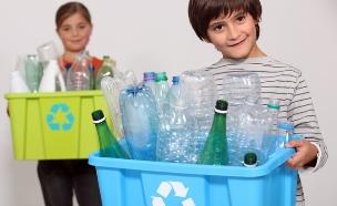 ילדים ממחזרים בקבוקי פלסטיק (צילום: Shutterstock)