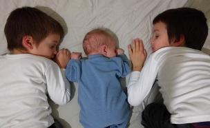 שלושה בנים שנולדו בבית (צילום: צילום ביתי)