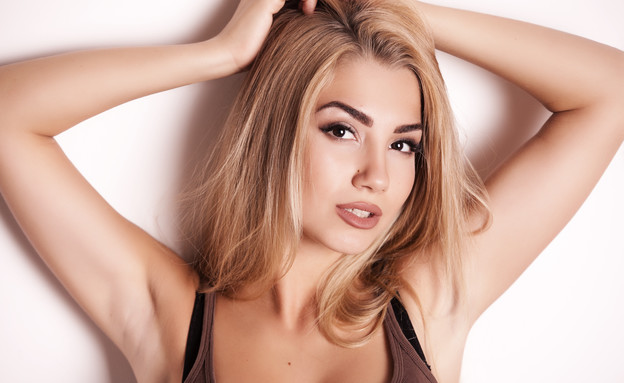 אישה צעירה בגופייה (צילום: Shutterstock, מעריב לנוער)