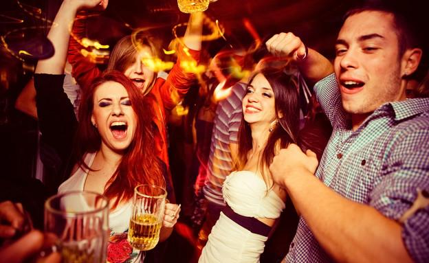 צעירים חוגגים (צילום: Shutterstock/astarot)