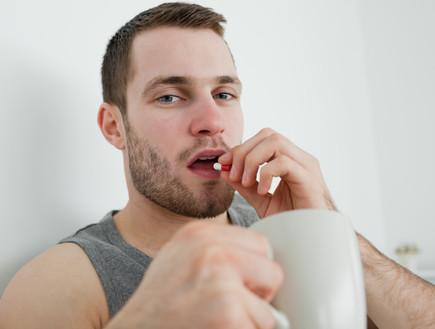 גבר לוקח תרופה (צילום: אימג'בנק / Thinkstock)