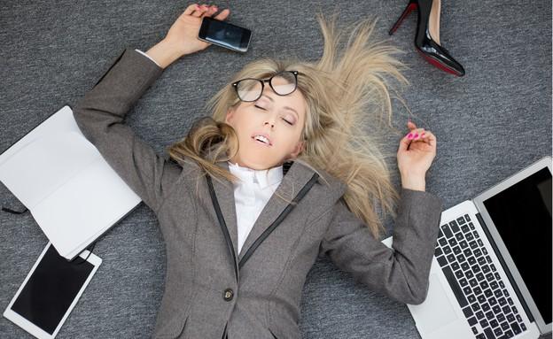 אשת עסקים שוכבת מותשת על הרציפה (אילוסטרציה: Shutterstock)