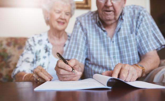 קשישים חותמים על צוואה (אילוסטרציה: Shutterstock)