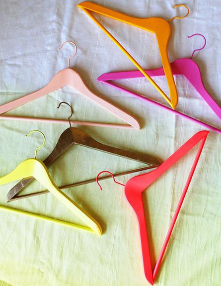 סידור הארון, קולבים צבעוניים (צילום: DESIGN LOVE FEST)