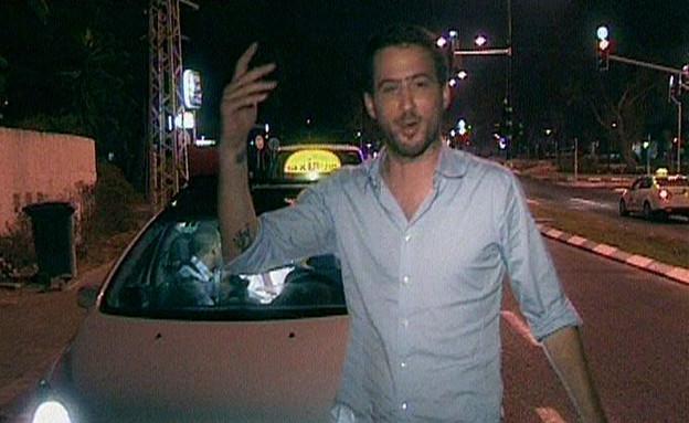 עידו נשבר ויוצא מהמונית (תמונת AVI: מונית הכסף)