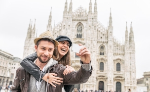 זוג בחופשה עושה סלפי (צילום: oneinchpunch, Shtterstock)