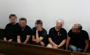 החשודים בבית המשפט. היום (צילום: עזרי עמרם, חדשות 2)
