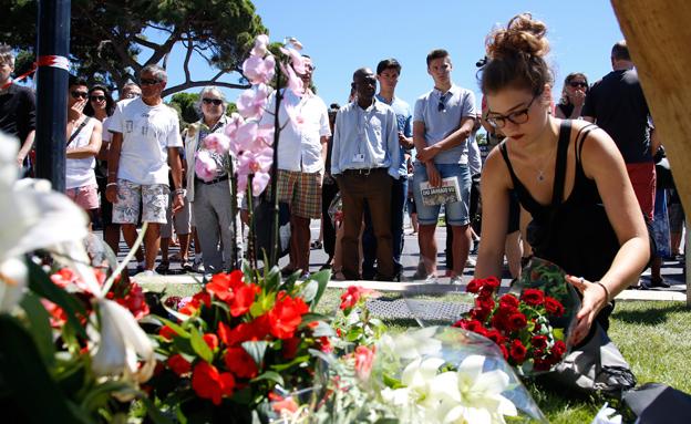 אנדרטה במקום פיגוע הדריסה בצרפת, ניס (צילום: רויטרס)