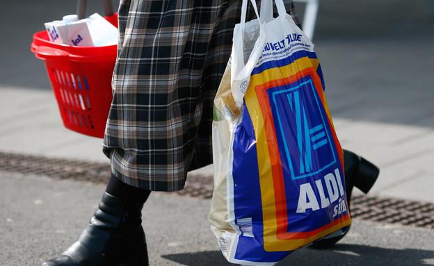 אישה עם שקית קניות של רשת אלדי (צילום: Ralph Orlowski, GettyImages IL)