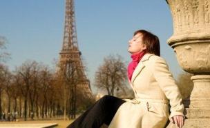 אישה צרפתייה על רקע מגדל אייפל (צילום: אימג'בנק / Thinkstock)