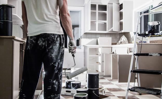 שיפוצניק בדירה (אילוסטרציה: Shutterstock)