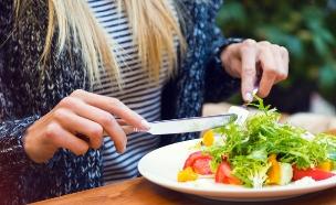 אוכלת במסעדה (צילום: Ann Haritonenko, Shutterstock)